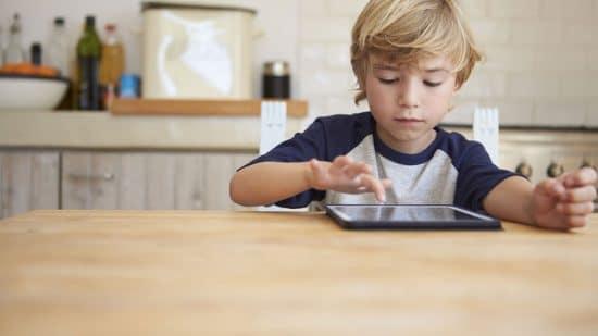 Faut-il interdire l'usage de la tablette et du smartphone à nos enfants ?